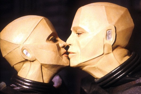 Kryten and Camille Kissing.